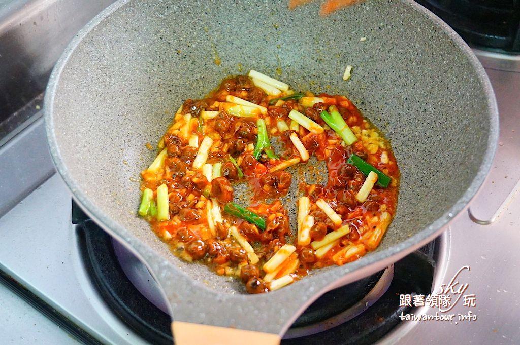 【聯鷹牌是拉差辣椒醬】電磁爐料理-海鮮炒泡麵.酸辣茄子