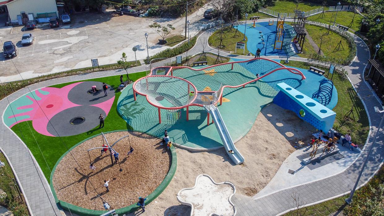 2020全台第一座「彈塗魚」主題特色親子公園,就在八里渡船頭附近喔!有沙坑、浪型攀岩牆、彈跳區、樂活體健區和旋轉鞦韆等設施,而且周邊有超多停車場,也可以從淡水渡船頭搭船過來玩喔!